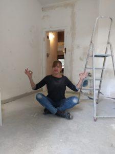 Heike meditiert auf der Baustelle